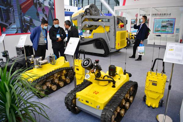 En la exposición, los visitantes aprenden sobre varios tipos de robots mineros. (PRNewsfoto/The People's Government of Yulin City)